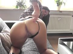 Xania Wet seduces to wank