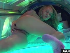 Hot amateur satisfies herself on the sunbed